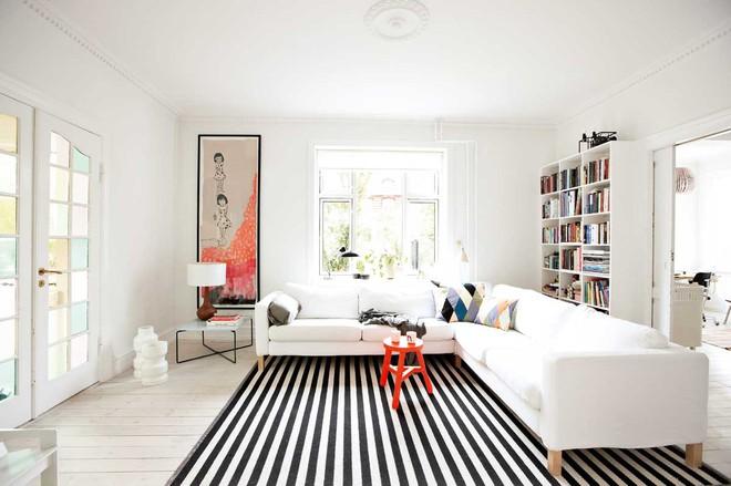 Chỉ với một tấm thảm kẻ sọc đen trắng, phòng khách sẽ vô cùng kỳ diệu thế này - Ảnh 1.