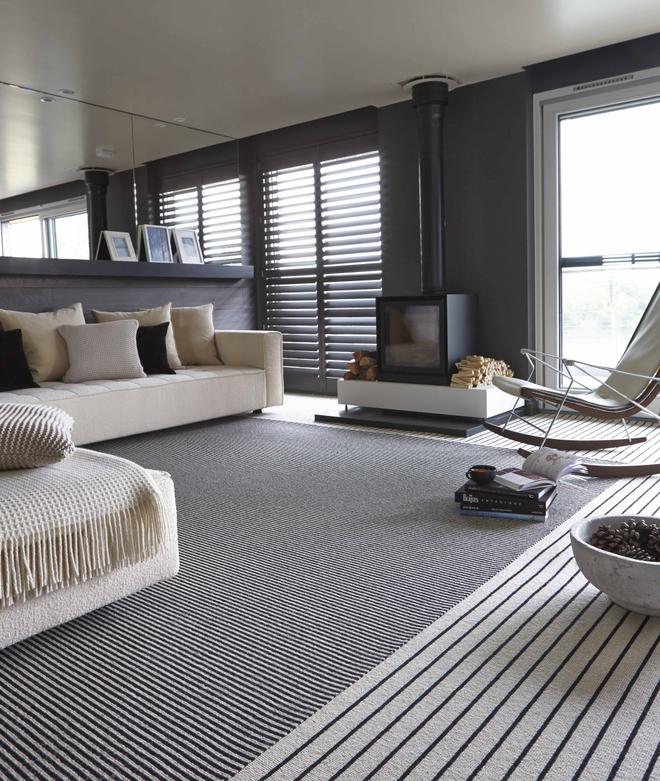 Chỉ với một tấm thảm kẻ sọc đen trắng, phòng khách sẽ vô cùng kỳ diệu thế này - Ảnh 2.