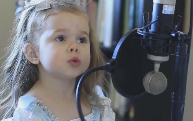 Cô bé 4 tuổi gây sốt với những màn trình diễn nhạc Disney thu hút hàng triệu lượt xem - Ảnh 3.