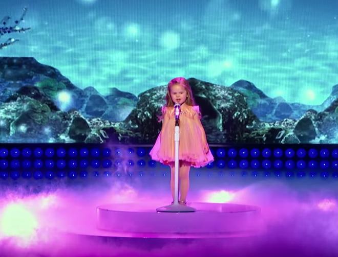 Cô bé 4 tuổi gây sốt với những màn trình diễn nhạc Disney thu hút hàng triệu lượt xem - Ảnh 6.