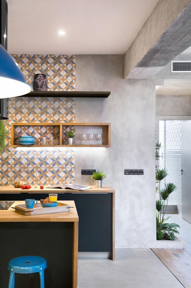 Chiêm ngưỡng căn hộ đầy lôi cuốn nhờ sự kết hợp ấn tượng của bê tông, gỗ, gạch ốp và màu đen - Ảnh 3.