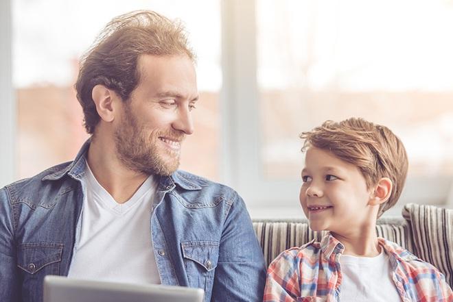Muốn trẻ nghe lời răm rắp, bố mẹ cần biết đến phương pháp nhại lại - Ảnh 2.