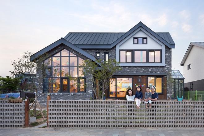 Ngôi nhà với phong cách tối giản đẹp như trong phim của gia đình 4 người ở Hàn Quốc - Ảnh 1.