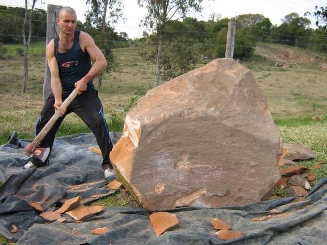 Ai cũng ngả mũ bái phục khi thấy kết quả sau bao ngày đục đẽo tảng đá của người đàn ông này - Ảnh 2.