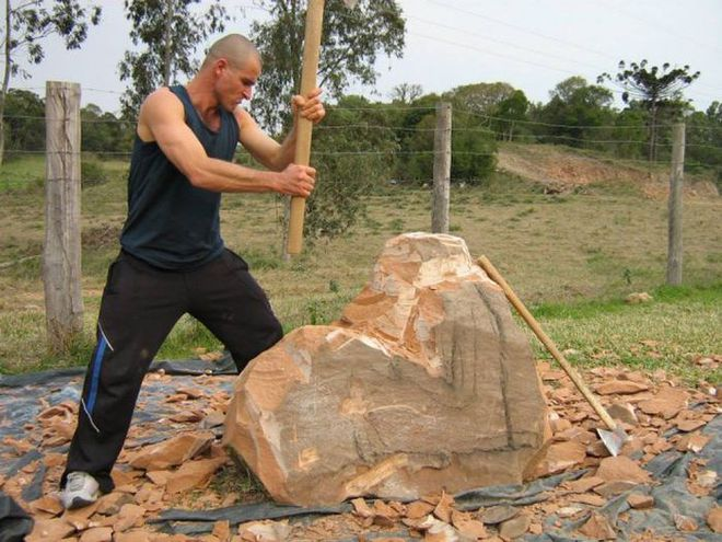Ai cũng ngả mũ bái phục khi thấy kết quả sau bao ngày đục đẽo tảng đá của người đàn ông này - Ảnh 3.