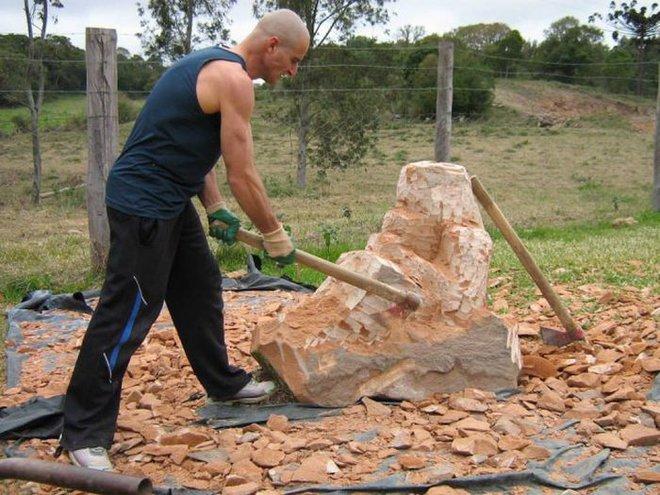 Ai cũng ngả mũ bái phục khi thấy kết quả sau bao ngày đục đẽo tảng đá của người đàn ông này - Ảnh 4.