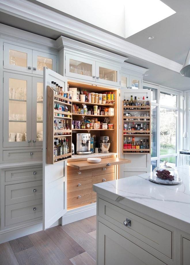10 thiết kế tủ lưu trữ giúp bạn chứa cả thế giới chai lọ lỉnh kỉnh trong phòng bếp - Ảnh 3.