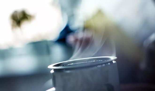 Uống nước nóng để giải nhiệt, nghe ngược đời nhưng hoàn toàn đúng - Ảnh 1.