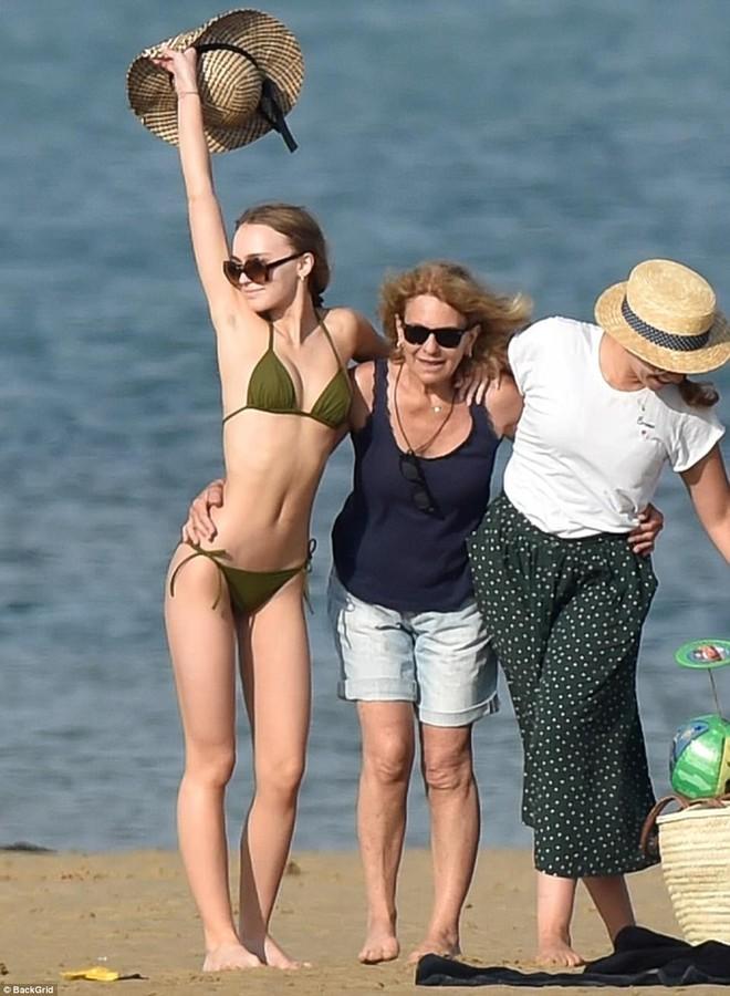 Con gái Johnny Depp diện bikini khoe thân hình mảnh mai gợi cảm bên mẹ ruột - Ảnh 1.