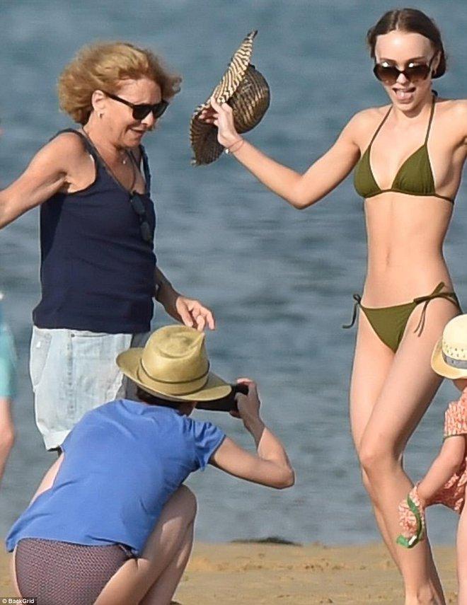 Con gái Johnny Depp diện bikini khoe thân hình mảnh mai gợi cảm bên mẹ ruột - Ảnh 4.
