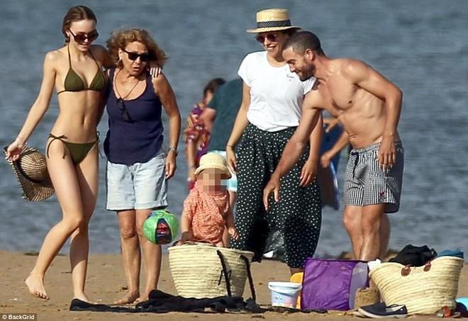 Con gái Johnny Depp diện bikini khoe thân hình mảnh mai gợi cảm bên mẹ ruột - Ảnh 6.