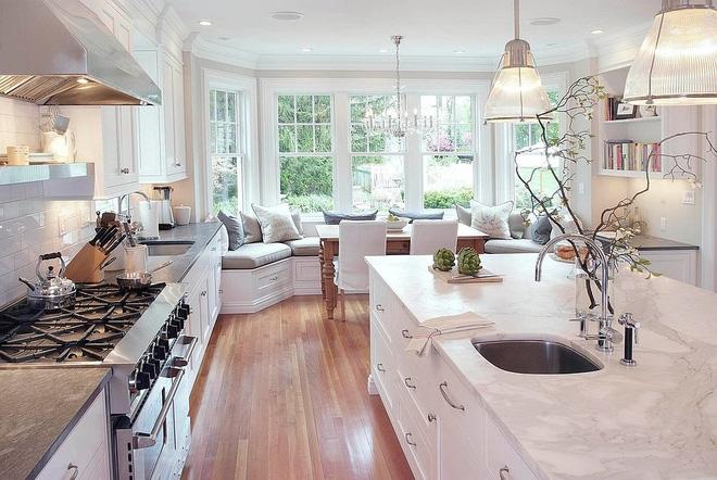 10 nhà bếp dưới đây đã trở nên phong cách hơn nhờ thiết kế ghế ngồi bên cửa sổ - Ảnh 1.