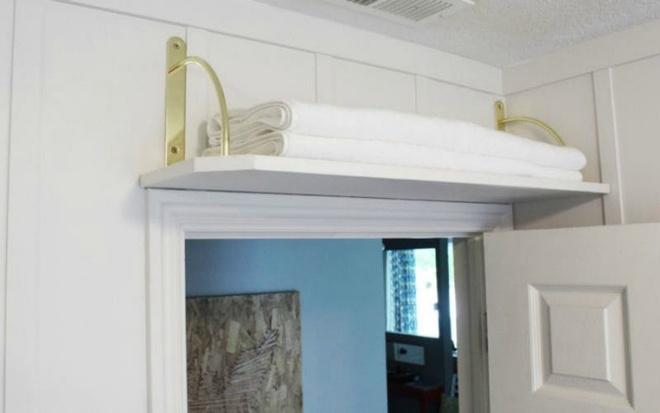 Đừng ca thán nhà chật khi bạn đang bỏ phí khoảng diện tích phía trên cửa ra vào - Ảnh 4.