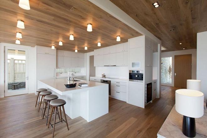 Muốn không gian sống ấm cúng nhớ đừng bỏ lỡ kiểu trần nhà bằng gỗ - Ảnh 3.