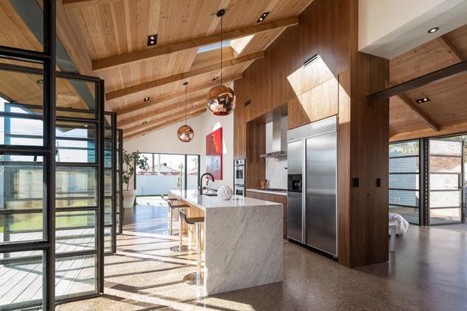 Muốn không gian sống ấm cúng nhớ đừng bỏ lỡ kiểu trần nhà bằng gỗ - Ảnh 15.