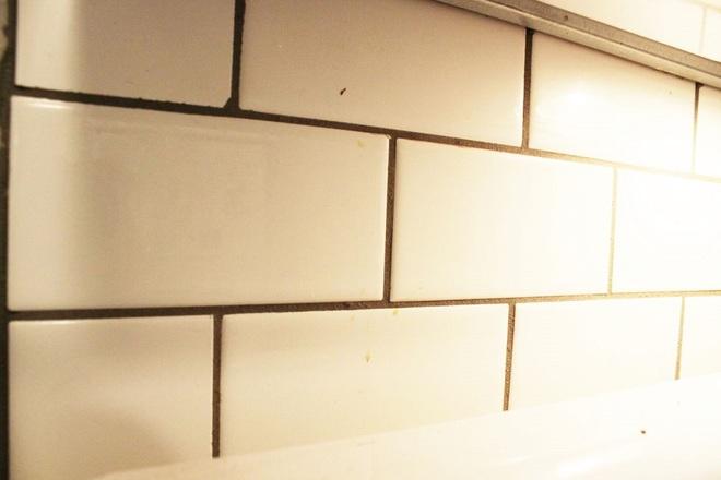 Bày mẹo nhỏ giúp bạn làm sạch tường bếp khỏi những vết bẩn và vàng ố từ dầu mỡ - Ảnh 2.