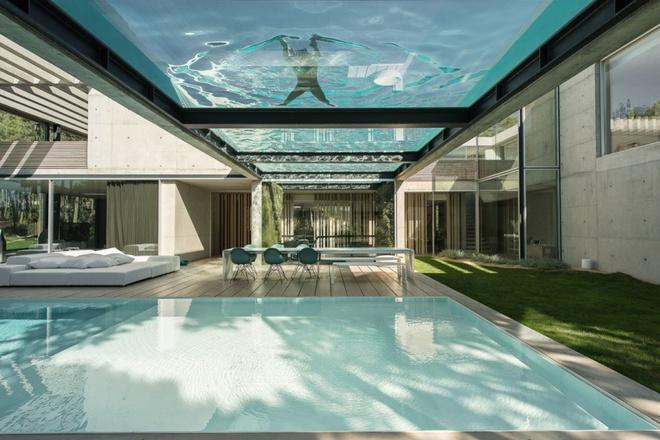 Biệt thự vườn cực chất với bể bơi đáy kính trong suốt trên trần nhà - Ảnh 2.