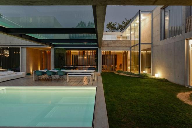 Biệt thự vườn cực chất với bể bơi đáy kính trong suốt trên trần nhà - Ảnh 5.