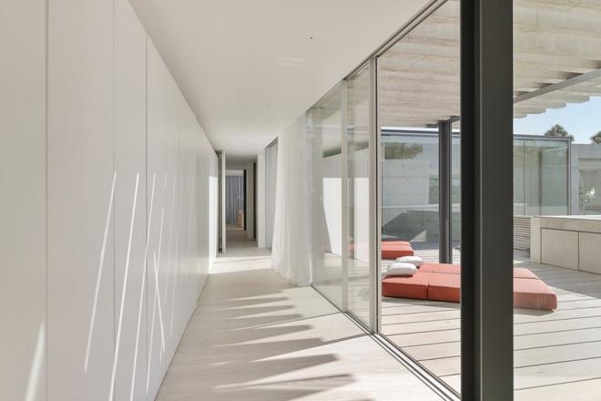 Biệt thự vườn cực chất với bể bơi đáy kính trong suốt trên trần nhà - Ảnh 12.