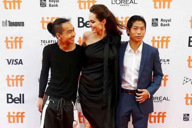 Angelina Jolie hãnh diện khi nói về 2 cậu con trai Maddox và Pax Thiên - Ảnh 1.