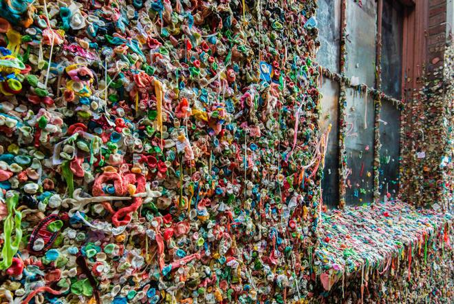 Mỗi người đi qua đều để bã kẹo cao su ở đây, không ai ngờ nhiều năm sau nó trở thành tuyệt tác - Ảnh 2.