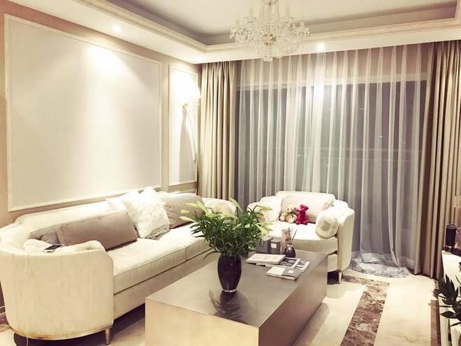 Ngắm căn hộ góc nào cũng lãng mạn và ngọt ngào với hoa tươi của hoa hậu Phạm Hương - Ảnh 2.