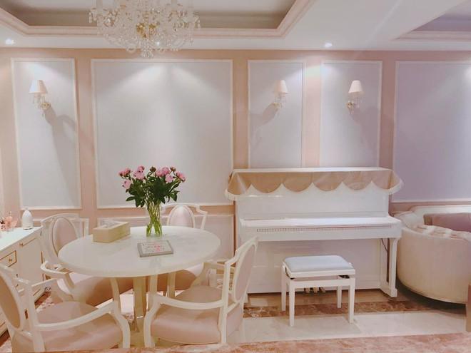 Ngắm căn hộ góc nào cũng lãng mạn và ngọt ngào với hoa tươi của hoa hậu Phạm Hương - Ảnh 3.