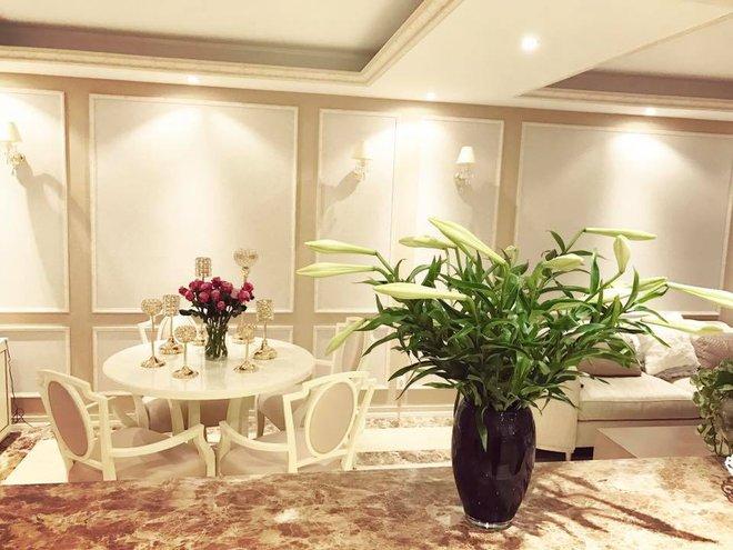 Ngắm căn hộ góc nào cũng lãng mạn và ngọt ngào với hoa tươi của hoa hậu Phạm Hương - Ảnh 4.