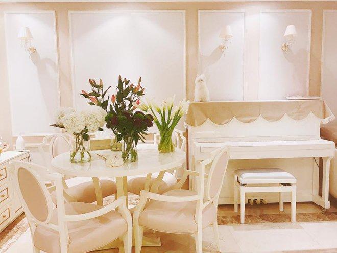 Ngắm căn hộ góc nào cũng lãng mạn và ngọt ngào với hoa tươi của hoa hậu Phạm Hương - Ảnh 5.