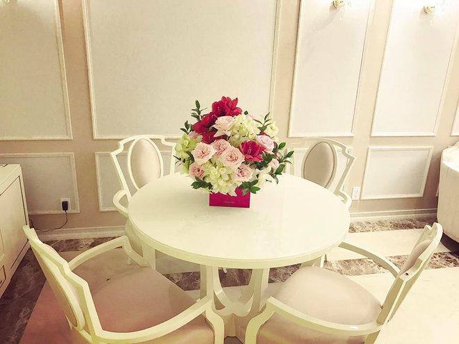 Ngắm căn hộ góc nào cũng lãng mạn và ngọt ngào với hoa tươi của hoa hậu Phạm Hương - Ảnh 16.