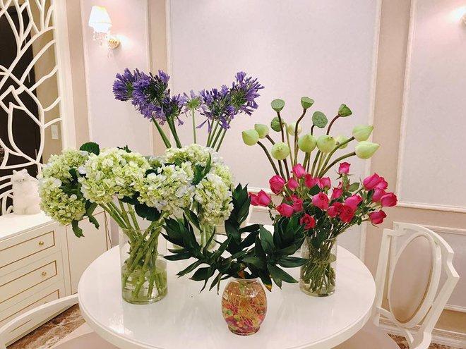 Ngắm căn hộ góc nào cũng lãng mạn và ngọt ngào với hoa tươi của hoa hậu Phạm Hương - Ảnh 18.