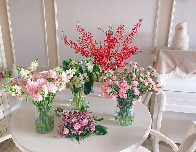 Ngắm căn hộ góc nào cũng lãng mạn và ngọt ngào với hoa tươi của hoa hậu Phạm Hương - Ảnh 19.