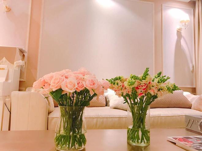 Ngắm căn hộ góc nào cũng lãng mạn và ngọt ngào với hoa tươi của hoa hậu Phạm Hương - Ảnh 21.