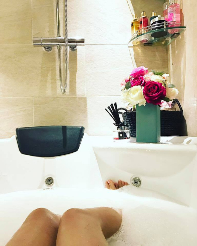 Ngắm căn hộ góc nào cũng lãng mạn và ngọt ngào với hoa tươi của hoa hậu Phạm Hương - Ảnh 22.