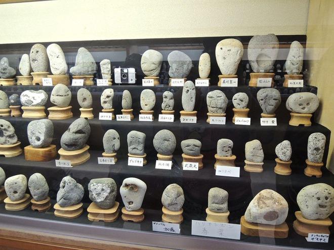 Bạn sẽ bất ngờ khi biết đến bảo tàng đá mặt người kỳ lạ này ở Nhật Bản - Ảnh 1.