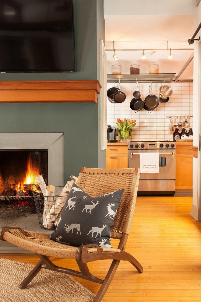 Ngôi nhà nhỏ nhưng vô cùng ấm cúng và không kém phần rộng rãi nhờ tận dụng trần cao để thiết kế gác xép - Ảnh 3.