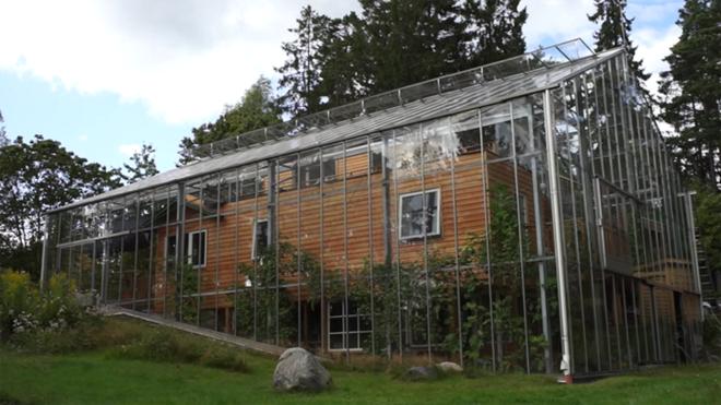 Chống lạnh bằng hệ thống kính bao quanh, đôi vợ chồng biến ngôi nhà thành sản phẩm thiết kế độc đáo nhất thế giới - Ảnh 1.