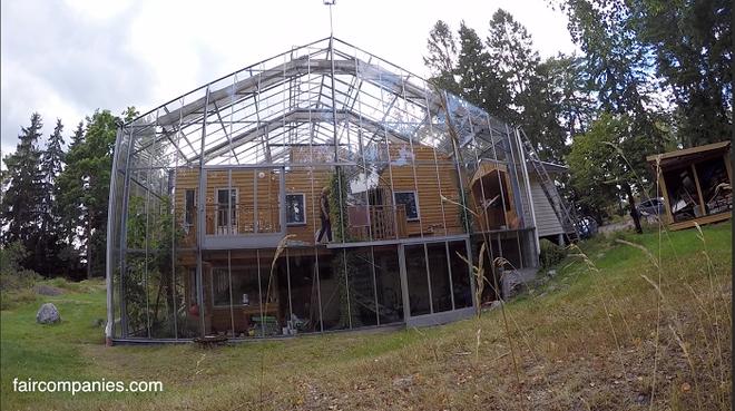 Chống lạnh bằng hệ thống kính bao quanh, đôi vợ chồng biến ngôi nhà thành sản phẩm thiết kế độc đáo nhất thế giới - Ảnh 3.