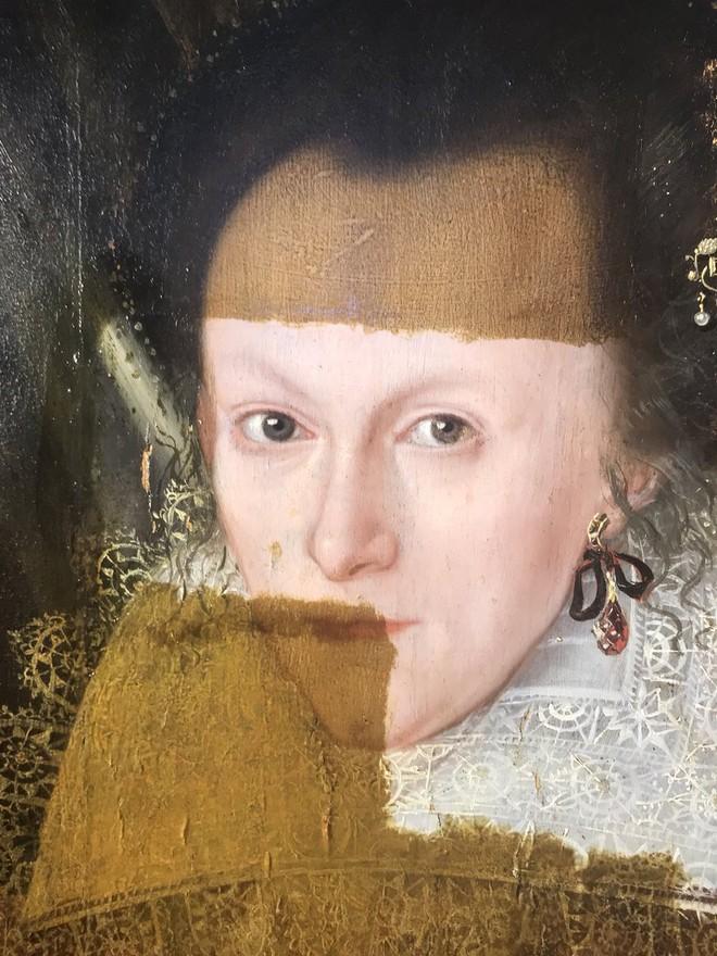 Khám phá bí ẩn của bức tranh cổ chỉ được hiện ra khi tẩy lớp màu trên cùng - Ảnh 2.