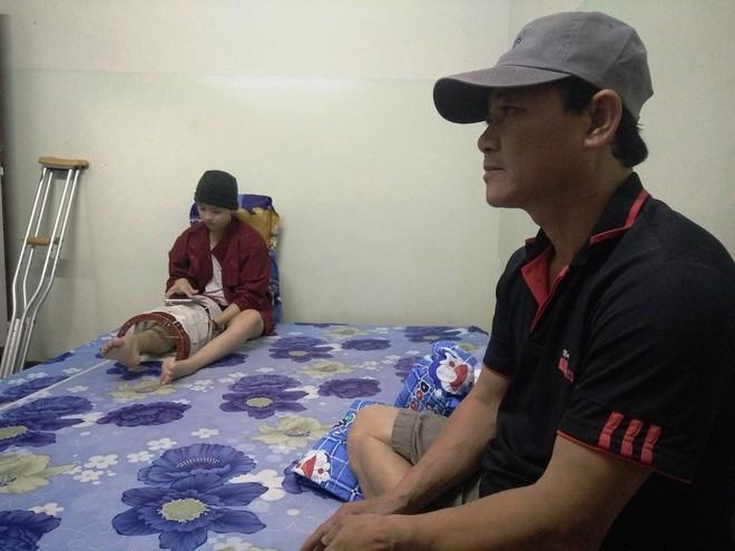 Mẹ vừa mới mất, người cha đau đớn nhìn con gái 15 tuổi mắc bệnh ung thư xương ác tính mà không tiền chữa trị - Ảnh 2.