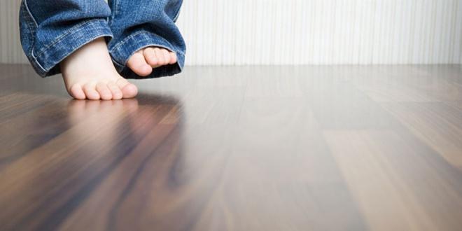 Đây là cách cực đơn giản nhưng sẽ giúp sàn gỗ nhà bạn luôn sạch bóng kể cả khi đã dùng lâu năm - Ảnh 1.