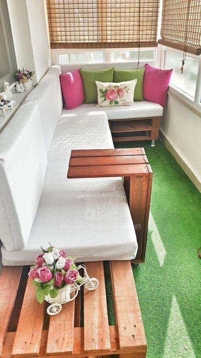 Nghệ thuật thiết kế đỉnh cao là khi ban công nhỏ thế nào vẫn bố trí được bàn ăn và ghế - Ảnh 3.