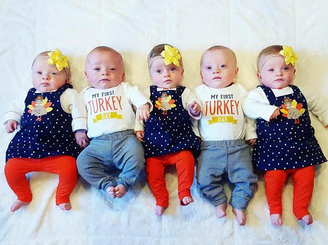 Cặp sinh năm siêu đáng yêu chào đón Giáng sinh đầu tiên trong đời - Ảnh 4.