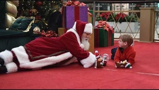 """Những khoảnh khắc """"cười ra nước mắt""""  vì không phải bé nào cũng thích Noel như cha mẹ vẫn nghĩ - Ảnh 4."""