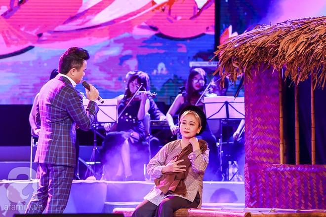 Mỹ Tâm ngồi sụp xuống sân khấu để một fan nhí ôm chặt và hôn má - Ảnh 16.