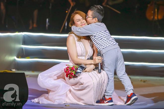 Mỹ Tâm ngồi sụp xuống sân khấu để một fan nhí ôm chặt và hôn má - Ảnh 2.