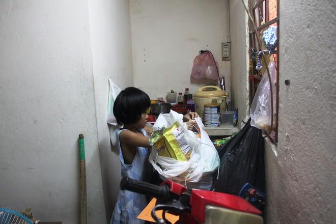 Bố bỏ đi theo vợ nhỏ, bé gái 7 tuổi nghỉ học ở nhà lấy sữa lon pha loãng cho em 2 tháng uống vì không có tiền - Ảnh 5.