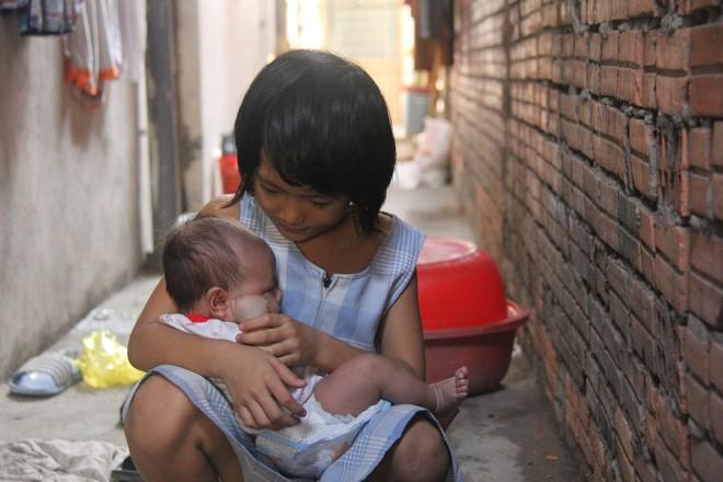 Hơn 150 triệu đã gởi đến gia đình bé gái 7 tuổi bị bố bỏ rơi, phải nghỉ học ở nhà trông em 2 tháng tuổi cho mẹ đi làm - Ảnh 3.