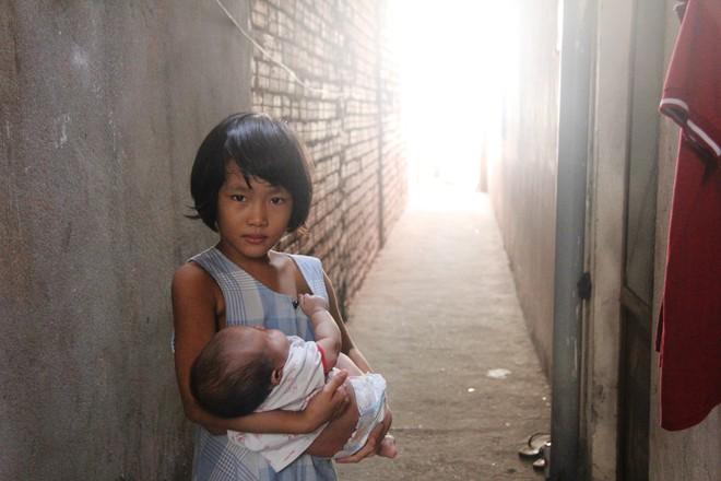 Bố bỏ đi theo vợ nhỏ, bé gái 7 tuổi nghỉ học ở nhà lấy sữa lon pha loãng cho em 2 tháng uống vì không có tiền - Ảnh 3.