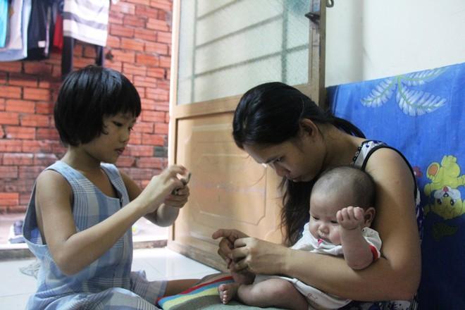 Bố bỏ đi theo vợ nhỏ, bé gái 7 tuổi nghỉ học ở nhà lấy sữa lon pha loãng cho em 2 tháng uống vì không có tiền - Ảnh 9.